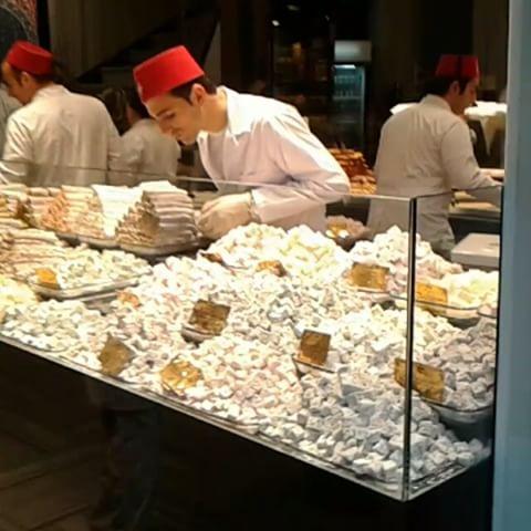 شیرینی در خیابون استقلال استانبول