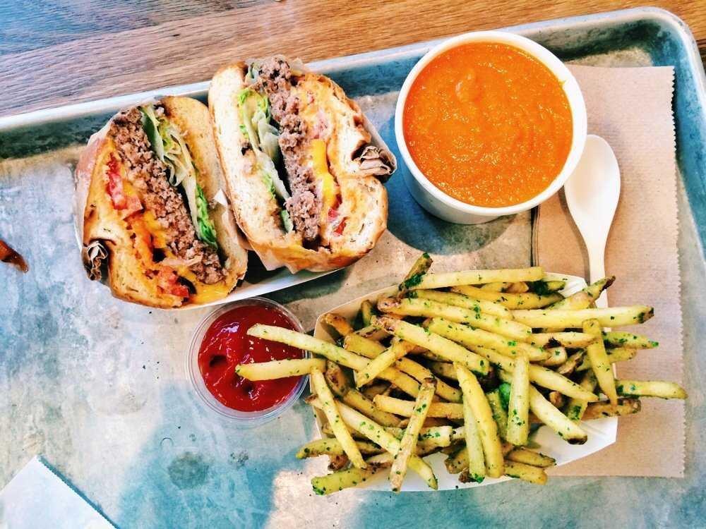 همبرگر امریکایی - 10 غذای معروف و 10 غذای ممنوع در آمریکا