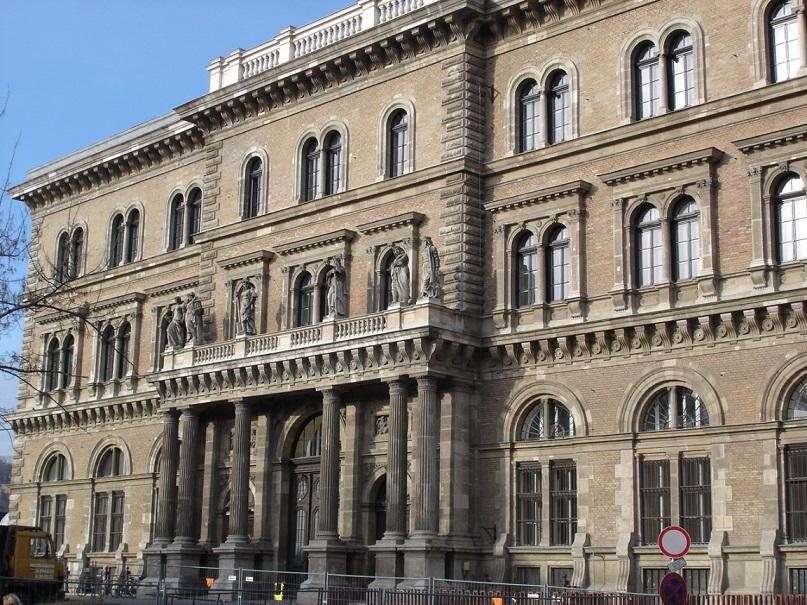 دانشگاه کوروینوس - تحصیل در مجارستان